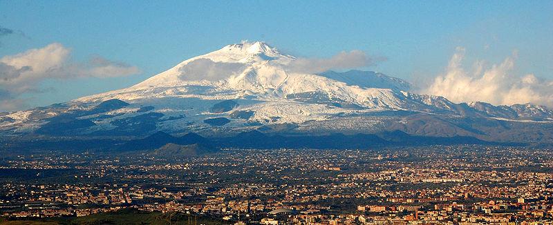 Gora Etna, ki se dviguje nas predmestjem Katanije. (Fotografija: BenAveling)